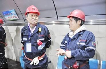 义煤集团_邓永明(右)向义煤集团董事长,党委书记武予鲁(左)汇报公司生产经营