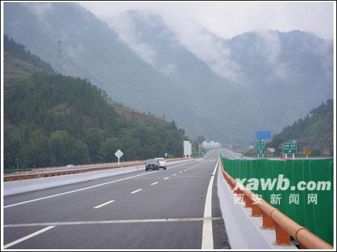 陕鄂高速大巴明首发 陕西和湖北实现高速公路对接